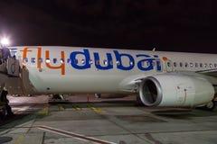 Aerobus Boeing 737 emiraty przy Dubaj lotniskiem, Zlany Arabski emir Obrazy Stock