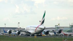 Aerobus A380 A6-EOO taxiing po właśnie przyjeżdżający zbiory