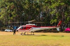 Aerobus Eurocopter AS350 helikopter gotowy zdejmować od lądowiska fotografia royalty free