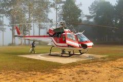 Aerobus Eurocopter AS350 helikopter z lot załogi pre lota zewnętrznie czekiem zdjęcie stock