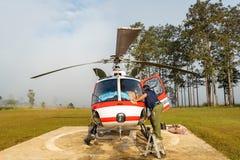 Aerobus Eurocopter AS350 helikopter z lot załogi pre lota zewnętrznie czekiem obraz stock