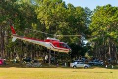Aerobus Eurocopter AS350 helikopter zdejmuje od lądowiska obrazy royalty free