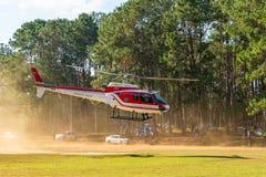 Aerobus Eurocopter AS350 helikopter zdejmuje od lądowiska zdjęcie stock