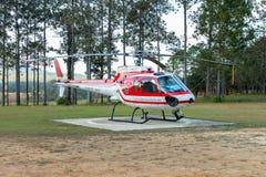 Aerobus Eurocopter AS350 helikopteru park na lądowisku fotografia stock