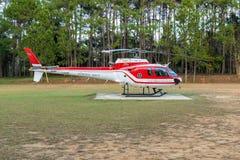 Aerobus Eurocopter AS350 helikopteru park na lądowisku zdjęcia stock