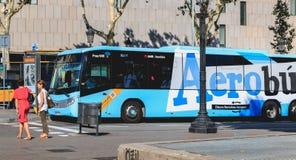 Aerobus-Flughafen-Shuttlebusse parkten an ihrem Anschluss in Placa Stockfoto