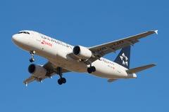 Aerobus A320-214 HB-IJO Swiss International Air Lines przed lądować w Pulkovo lotnisku Zdjęcia Stock