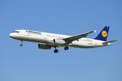 Aerobus A321-131 linia lotnicza Lufthansa przed lądować w Pulkovo lotnisku (D-AIRL) Zdjęcia Stock