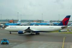 Aerobus A330-302 N826NW Delta Air Lines przyjeżdża przy Schiphol lotniskiem obraz stock