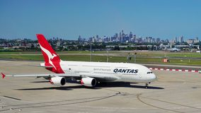 Aerobus A380 od Qantas z Sydney linią horyzontu Obraz Royalty Free