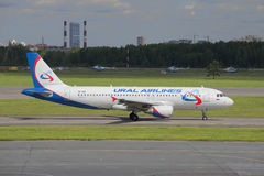 Aerobus A320-214 przed odjazdem od Pulkovo lotniska (VP-BIE) Zdjęcie Royalty Free