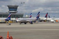 Aerobus A320-214 ` A Suvorov ` VP-BNL firma Aeroflot przy pasażerskim terminal lotniskowy międzynarodowy Sheremetyevo Fotografia Stock