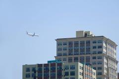 Aerobus und Gebäude Lizenzfreie Stockfotos
