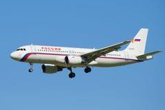 Aerobus A320-214 VQ-BDY linii lotniczej Rosja zbliżenie przed lądować w Pulkovo lotnisku Obraz Stock