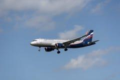 Aerobus a320 w chmurnym niebie Zdjęcia Royalty Free