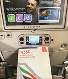 Aerobus A380 zbawcze instrukcje z na pokładzie siedzenie ekranu w gospodarki klasie z powrotem obrazy stock