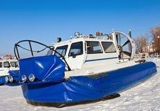 Aerodeslizador en el hielo del río Volga congelado en Samara Imagenes de archivo
