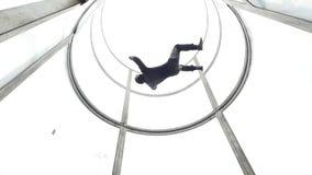 Aerodynamisches Rohr Die Person hält Balance im Rohr flugwesen stock video