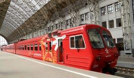 Aeroexpress czerwieni pociąg na Kiyevskaya staci kolejowej (Kiyevsky kolejowy terminal, Kievskiy vokzal) -- Moskwa, Rosja Fotografia Royalty Free