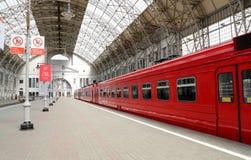 Aeroexpress czerwieni pociąg na Kiyevskaya staci kolejowej (Kiyevsky kolejowy terminal, Kievskiy vokzal) -- Moskwa, Rosja Zdjęcia Stock