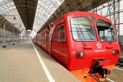 Aeroexpress czerwieni pociąg na Kiyevskaya staci kolejowej (Kiyevsky kolejowy terminal, Kievskiy vokzal) -- Moskwa, Rosja Zdjęcie Stock