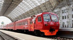 Aeroexpress czerwieni pociąg na Kiyevskaya staci kolejowej (Kiyevsky kolejowy terminal, Kievskiy vokzal) -- Moskwa, Rosja Zdjęcia Royalty Free
