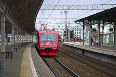 Aeroexpress kommt zur Plattform der belarussischen Station an moskau Stockbild