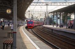Aeroexpress von der Plattform am belarussischen Bahnhof Lizenzfreie Stockbilder