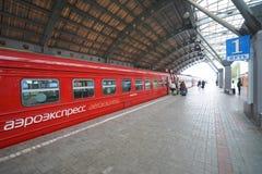 Aeroexpress-Zug in Flughafen Moskaus Domodedovo Stockbilder