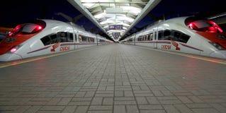 Aeroexpress-Zug Sapsan an der Leningrad-Station (Nacht) Moskau, Russland Lizenzfreie Stockfotos