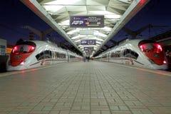 Aeroexpress-Zug Sapsan an der Leningrad-Station (Nacht) Moskau, Russland Stockfotografie