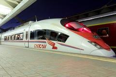 Aeroexpress-Zug Sapsan an der Leningrad-Station (Nacht) Moskau, Russland Lizenzfreies Stockfoto