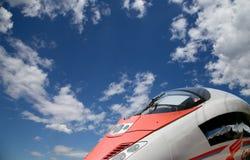 Aeroexpress-Zug Sapsan gegen den Himmel Stockbilder