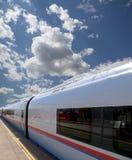 Aeroexpress-Zug Sapsan gegen den Himmel Lizenzfreies Stockfoto