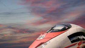 Aeroexpress-Zug Sapsan gegen den Himmel Stockbild