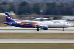 Aeroflot Airbus A321 dans la livrée spéciale de Manchester United décollant à l'aéroport international de Sheremetyevo Photos stock