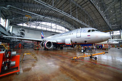Aeroflot Airbus A320 VP-BWD que está em um hangar da manutenção em Foto de Stock Royalty Free