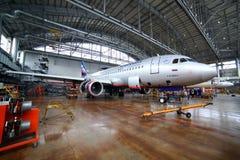 Aeroflot Airbus A320 VP-BWD que se coloca en un hangar del mantenimiento en Foto de archivo libre de regalías