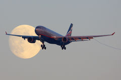 Aeroflot Airbus A330 VQ-BBF que cruza la luna antes de aterrizar en el aeropuerto internacional de Sheremetyevo Fotografía de archivo