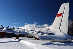 Aeroflot anterior Ilyushin IL-18V CCCP-75554 está na cauda com muita neve no stabilzer no aeroporto internacional de Sheremetyevo Foto de Stock Royalty Free