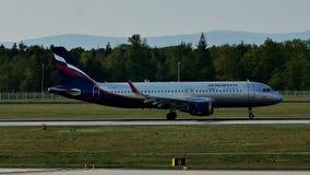 Aeroflot aplana taxiing na pista de decolagem, Francoforte, FRA