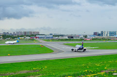 Aeroflot-Fluglinien Airbus A320-214 und Ukraine International Airlines Boeing 737-500 Flugzeuge in internationalem Flughafen Pulk Stockfotos