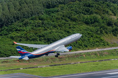 Aeroflot-Fluglinienflugzeugabfahrt an Phuket-Flughafen Stockfotos