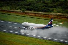 Aeroflot-Fluglinienflugzeuglandung an Phuket-Flughafen am regnerischen Tag Stockfotografie