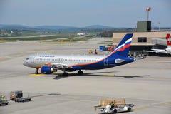 Aeroflot-Flugzeug auf einer Rollbahn Stockfoto