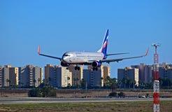 Aeroflot-Flugzeug, das niedrig an Alicante-Flughafen fliegt Stockfotografie