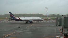 Aeroflot-Flugzeug am Flughafen Khrabrovo stock footage