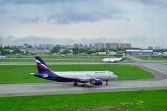 Aeroflot flygbolagflygbuss A320-214 och Ukraine International Airlines Boeing 737-500 nivåer i Pulkovo den internationella flygpl Arkivfoto