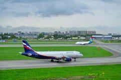 Aeroflot flygbolagflygbuss A320-214 och Ukraine International Airlines Boeing 737-500 nivåer i Pulkovo den internationella flygpl Royaltyfri Foto