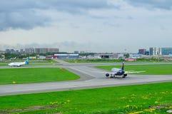 Aeroflot flygbolagflygbuss A320-214 och Ukraine International Airlines Boeing 737-500 nivåer i Pulkovo den internationella flygpl Royaltyfri Fotografi